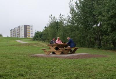 """UAB """"Jonavos paslaugos"""" įrengta penkta kepsninė su stalu ir suolais netoli Joninių tvenkinio"""