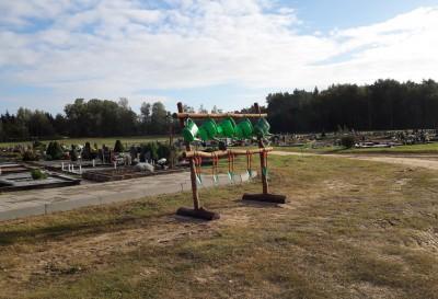 Kapinėse pastatyti įrankių kapų priežiūrai stovai