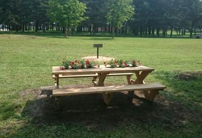 Įrengtos lauko kepsninės su lauko stalais
